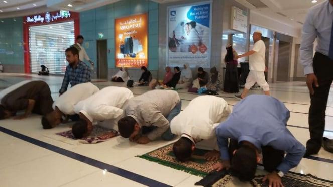 Aktivitas pertokoan berhenti ketika azan berkumandang di Mekah