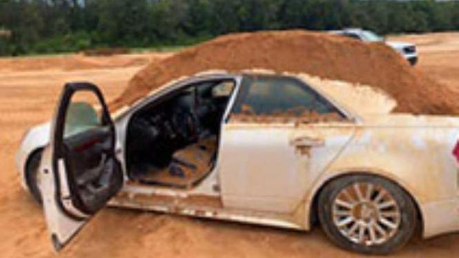 Sedan Cadillac yang ditimbun tanah
