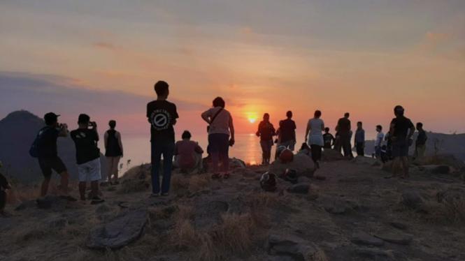 Menatap golden sunset di Bukit Cinta Labuan Bajo