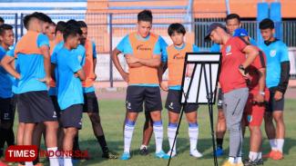 Nil Maizar memberikan arahan kepada pemainnya dalam sesi latihan di Stadion Surajaya, (FOTO: MFA Rohmatillah/TIMES Indonesia)