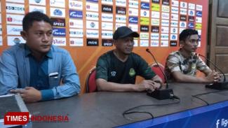 Pelatih Tira Persikabo, Rahmad Darmawan (tengah) memberikan komentarnya dalam sesi konferensi pers jelang pertamdingan kontra Persela, Sabtu (24/8/2019). (FOTO: MFA Rohmatillah/TIMES Indonesia)