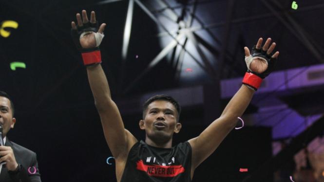 Petarung One Pride MMA Suwardi (merah) usai menang melawan Jeremia Siregar (biru) dalam pertandingan perebutan sabuk Flyweight One Pride Fight Night 31 di Jakarta, Sabtu 24 Agustus 2019.