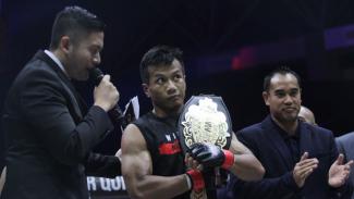 Petarung One Pride MMA Hafid Nur Maradi (merah) saat melawan Novian Hartanto (biru) dalam pertandingan perebutan sabuk Featherweight One Pride Fight Night 31 di Jakarta, Sabtu 24 Agustus 2019.