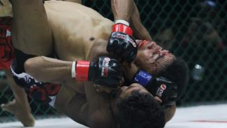 Petarung One Pride MMA Parli Tunena (merah) saat melawan Rio Tirto (biru) dalam pertandingan One Pride Fight Night 31 di Jakarta, Sabtu 24 Agustus 2019.