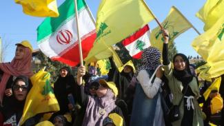 Pendukung dan simpatisan kelompok Hizbullah menggelar pawai merayakan 13 tahun berakhirnya perang dengan Israel pada 16 Agustus 2019 lalu. - MAHMOUD ZAYYAT/AFP