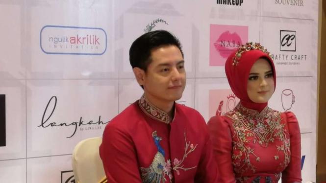 Roger Danuarta dan Cut Meyriska jumpa pers jelang resepsi pernikahan di Jakarta.
