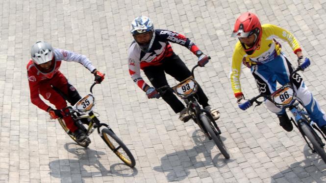 Pembalap beradu cepat dalam kejuaraan sepeda BMX Bearco Fest 2019 di Jakarta International BMX Track, Pulomas, Jakarta, Minggu 25 Agustus 2019.