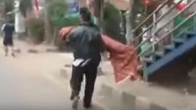 Orangtua menggotong jenazah anaknya seorang diri di Tangerang.