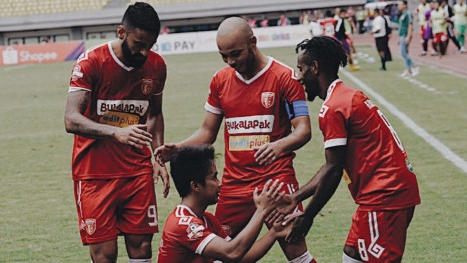 Para pemain Badak Lampung FC rayakan gol