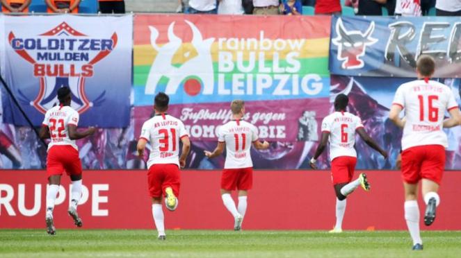 Pemain RB Leipzig rayakan gol.