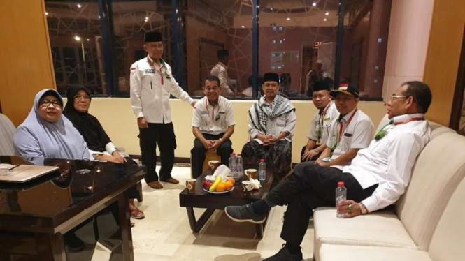 Dirjen Haji, Nizar Ali bersama DIrektur Bina Haji Khoirizi mengantar jemaah