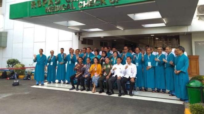 Tim Pansel dan Capim KPK berfoto di RSPAD Gatot Subroto.