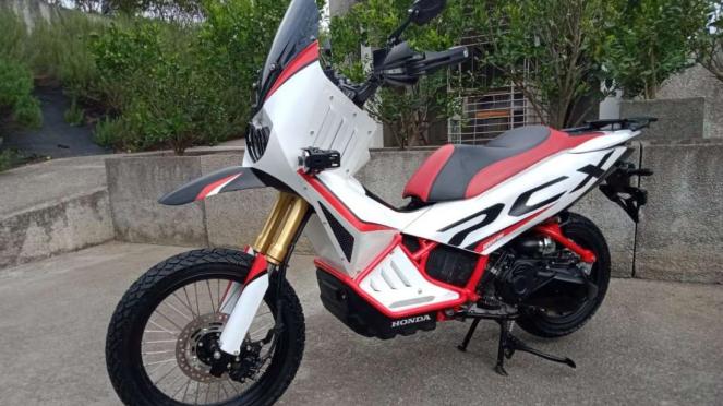 Honda PCX disulap bergaya adventure.