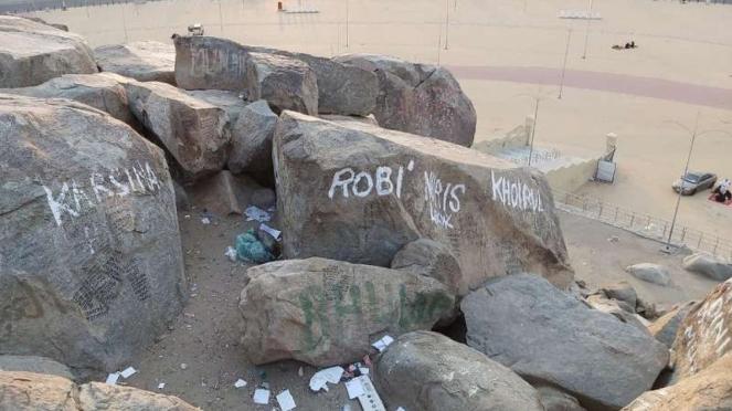 Coretan vandalisme di batu yang ada di Jabal Rahmah