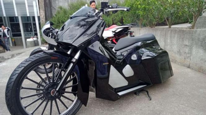 Honda PCX disulap bergaya bagger.