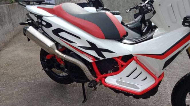 Honda PCX bergaya adventure.