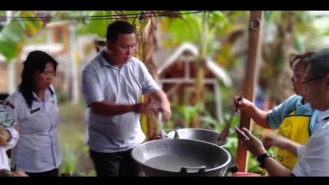 Proses pembuatan kecap manis dari air kelapa di Desa Liwutung.
