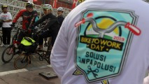 https://thumb.viva.co.id/media/frontend/thumbs3/2019/08/27/5d64d812c3a2f-b2w-day-2019-bike-to-work-indonesia_213_120.jpg