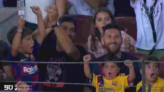 Luis Suarez dan Lionel Messi nonton langsung Barcelona bersama keluarga.