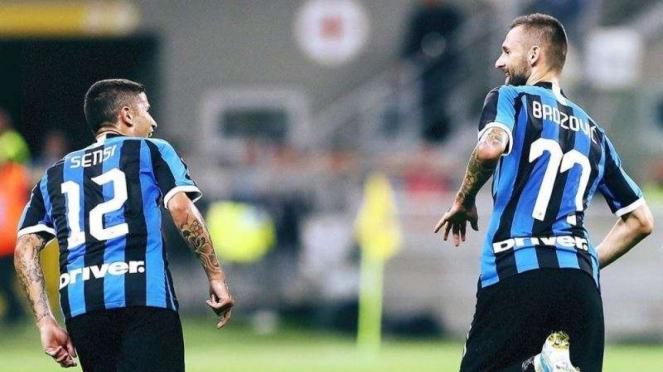 Pemain Inter Milan, Stefano Sensi (kiri), merayakan gol bersama Marcelo Brozovic
