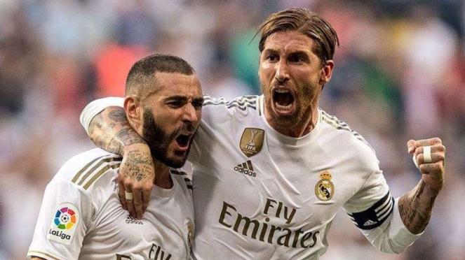 Penyerang Real Madrid, Karim Benzema (kiri), merayakan gol bersama Sergio Ramos