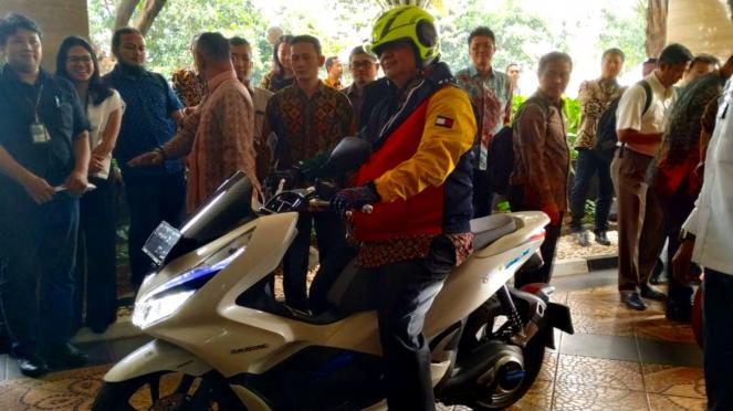 Menteri Perindustrian, Airlangga Hartarto mencoba Honda PCX Electric