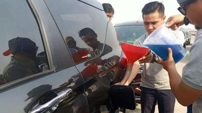 Mengisi bahan bakar minyak secara manual