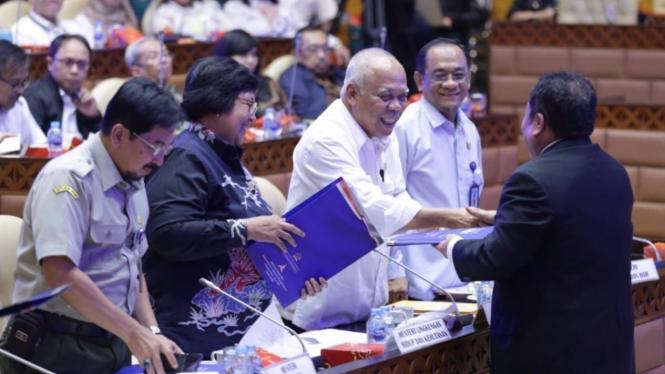 Menteri Basuki di Ruang Rapat Komisi V DPR