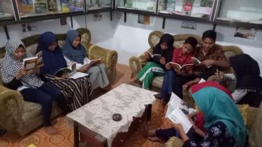 Anak-anak di Perpustakaan Desa Padang Genting