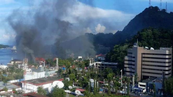 Asap membubung saat aksi unjuk rasa di Jayapura Papua Kamis (29/8/2019)
