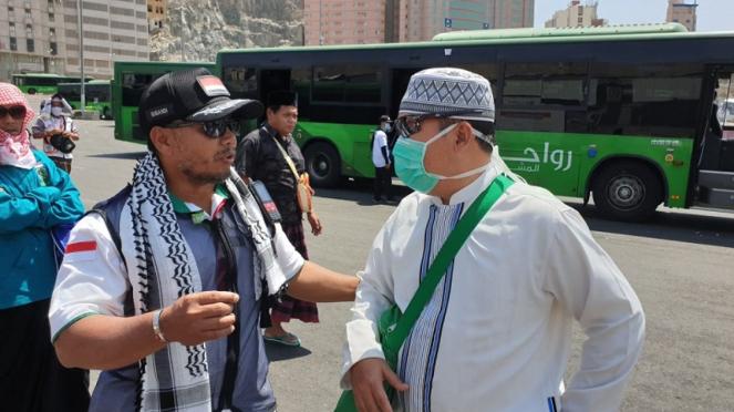 Kepala Pos Terminal Syib Amir, Serka Sugandi sedang mengarahkan jemaah