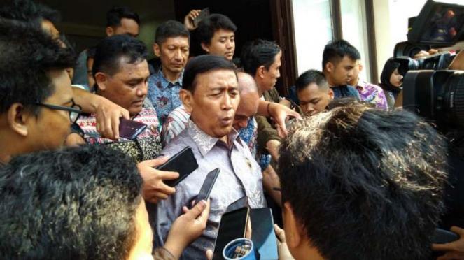 Menko Polhukam Wiranto member keterangan pers terkait kondisi kerusuhan Papua.