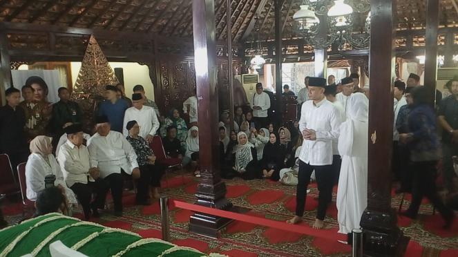 Wakil Presiden Jusuf Kalla melayat ibunda SBY di Puri Cikeas.