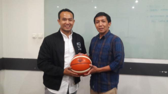 CEO Indonesian Basketball League, Junas Mirardiarsyah (kiri)