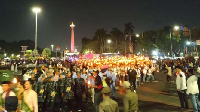 Peserta pawai obor elektrik melinta kawasan Thamrin dan Sudirman, Jakarta.