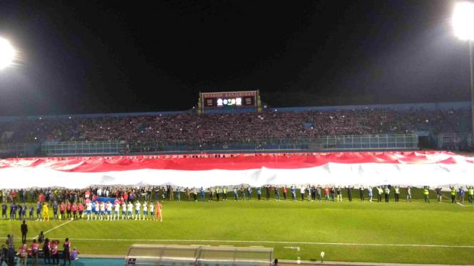 Pengibaran bendera Merah Putih raksasa di Stadion Kanjuruhan, Malang