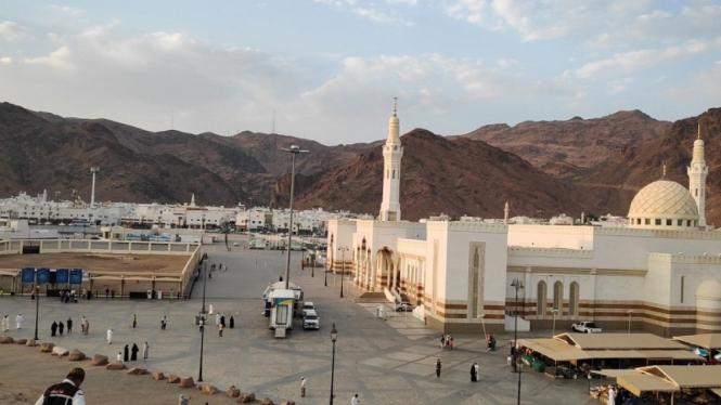 Masjid Syuhada dan makam syuhada Perang Uhud di Madinah
