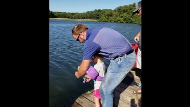 Anak kecil mancing ikan.