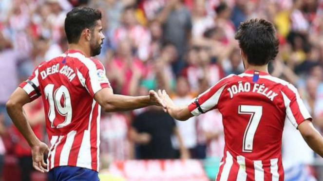 Pemain Atletico Madrid, Diego Costa dan Joao Felix rayakan gol.