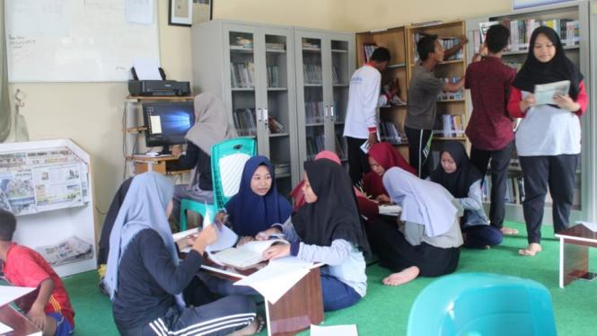 Anak-anak berkegiatan di Perpustakaan Desa Toapaya.