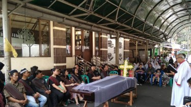 Kebaktian tutup peti di depan halaman Masjid Darussalam Cempaka Baru, Jakarta.
