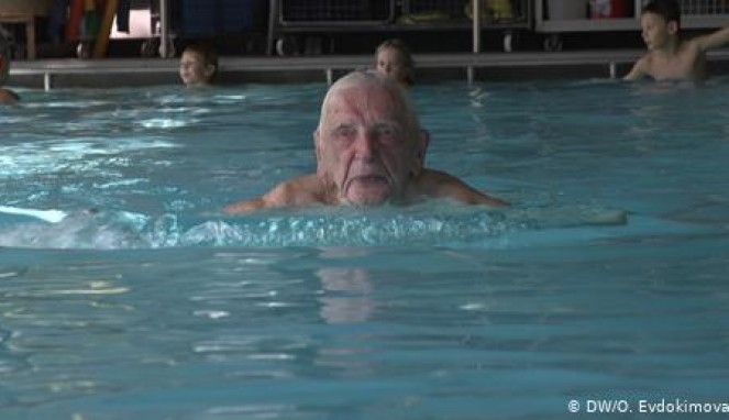 https://thumb.viva.co.id/media/frontend/thumbs3/2019/09/03/5d6d534210995-perkenalkan-leo-pelatih-renang-berusia-102-tahun-dari-jerman_663_382.jpg