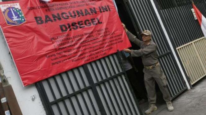 Petugas Satpol PP segel bangunan yang jadi indekos kapsul di Jakarta Pusat
