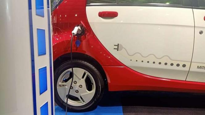 Mobil listrik yang sedang diisi ulang tenaga baterainya