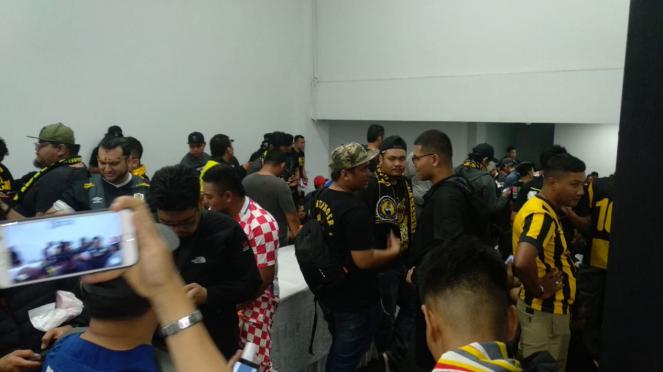 Suporter Malaysia yang diamankan di lorong pemain