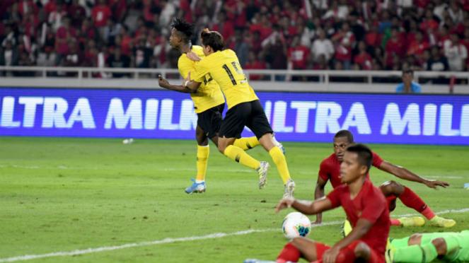Para pemain Timnas Indonesia tertunduk lesu usai Mohamadou Sumareh cetak gol