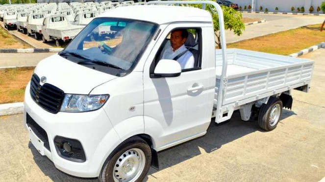 Presiden Jokowi menjajal mobil Esemka Bima