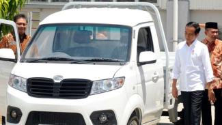 Presiden Jokowi dan Menperin Airlangga, menjajal mobil Esemka Bima