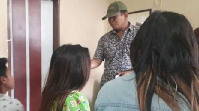 PI (kanan) dan AL (tengah) saat diinterogasi di kantor Sat Pol PP Padang