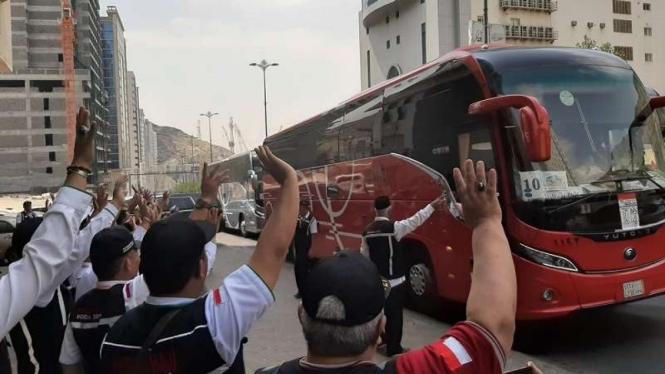 Bus yang mengangkut jemaah haji Kloter BPN 15 menuju Madinah